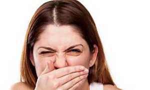Неприятный запах изо рта по утрам: причины, почему после сна воняет в комнате
